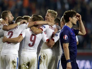 Timnas Republik Ceko sukses meredam Belanda 2-1 di kualifikasi Piala Eropa 2016 grup A di Praha, (9/9/2014). (REUTERS/David W Cerny)