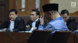 Terdakwa penerbitan SKL terhadap obligor BLBI, Syafruddin Arsyad Temenggung tertunduk saat mengikuti sidang lanjutan di Pengadilan Tipikor, Jakarta, Kamis (31/5). Sidang mendengar putusan sela majelis hakim. (Liputan6.com/Helmi Fithriansyah)