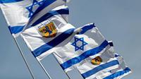Bendera Israel berkibar di dekat Gerbang Jaffa di Kota Tua Yerusalem (20/3). Gerbang ini adalah salah satu dari delapan gerbang utama yang menuju ke Kota Lama Yerusalem. (AFP Photo/Thomas Coex)