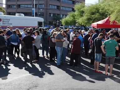 Sejumlah orang mengantre donor darah di bank darah United Blood Service, Las Vegas, Selasa (3/10). Mereka mendonorkan darahnya untuk korban luka penembakan Las Vegas yang menewaskan 59 orang dan melukai sekitar 500 lainnya (Ethan Miller/Getty Images/AFP)