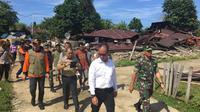 Menteri Sosial Agus Gumiwang Kartasasmita menyerahkan secara langsung bantuan untuk korban gempa Halmahera Selatan (Dok. Kementerian Sosial)