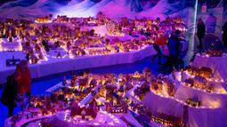 Pemandangan pameran desa jahe di Bergen, Norwegia pada 18 November 2019. Pameran tahunan yang populer ini menampilkan ratusan rumah dan struktur lainnya dari kue jahe yang identik dengan perayaan Natal. (Marit Hommedal/NTB scanpix via AP)