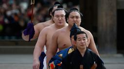 Yokozuna Hakuho (kedua kiri) Juara sumo asal mongolia melakukan persiapan untuk ritual tahunan di Kuil Meiji di Tokyo, Jepang, (7/1). Ritual ini dalam perayaan tahun baru 2016. (REUTERS / Yuya Shino)