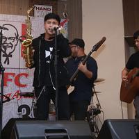 Jadi vokalis baru Nidji, Ubay merasa makin ngeblend dengan personel lain. (Deki Prayoga/Fimela.com)