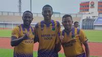 Anthony Jomah Ballah bersama Alta Ballah dan legenda Persita, Firman Utina. (Bola.com/Gatot Susetyo)
