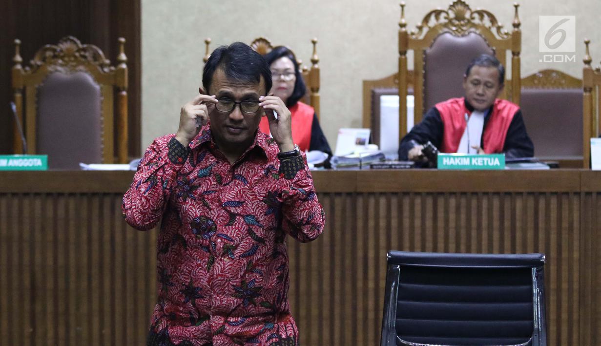 Mantan Gubernur Sumatera Utara, Gatot Pujo Nugroho saat jeda menjadi saksi pada sidang lanjutan kasus dugaan suap ketok palu DPRD Sumut periode 2009-2014 di Pengadilan Tipikor, Jakarta, Rabu (27/2). (Liputan6.com/Helmi Fithriansyah)