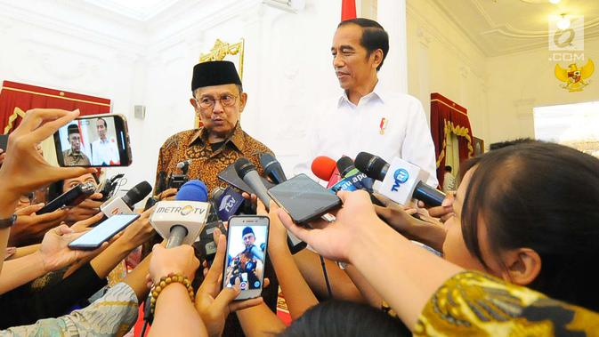 Presiden ketiga RI BJ Habibie (kiri) memberi keterangan kepada wartawan saat mengunjungi Presiden Joko Widodo atau Jokowi di Istana Merdeka, Jakarta, Jumat (24/5/2019). Dalam pertemuan tersebut Habibie mengucapkan selamat kepada Jokowi karena memenangkan Pilpres 2019. (/Angga Yuniar)
