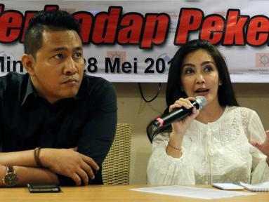 Angota DPR Komisi VI Rieke Diah Pitaloka bersama Ketua Serikat Pekerja (SP) JICT Nova Sofyan Hakim memberikan keterangan pers terkait Gugatan Perusahaan kepada Karyawan JICT di Jakarta, Minggu (28/5). (Liputan6.com/JohanTallo)