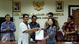 KPI menyerahkan Izin Penyelenggaraan Penyiaran (IPP) kepada salah satu pimpinan dari stasiun televisi swasta di kantor KPI, Jakarta, Jumat (14/10). Izin penyiaran ini berlaku selama sepuluh tahun ke depan. (Liputan6.com/Gempur M Surya)