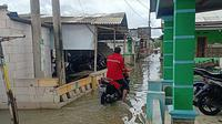 Pemukiman warga di Kampung Muaragembong, Kabupaten Bekasi, terendam air akibat banjir rob, Kamis (14/1/2021). (Liputan6.com/Bam Sinulingga)