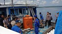 Polisi Selayar tangkap kapal bermuatan 50 ton bahan bom asal Malaysia (Liputan6.com/ Eka Hakim)