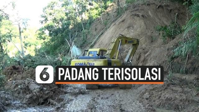 Sejumlah ruas jalan di sekitar Padang, Sumatera Barat terputus setelah tertimbun material longsor. Kendaraan berat telah digunakan untuk menyisir material namun jalan belum bisa dilalui.