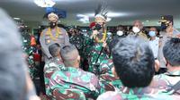 Panglima TNI Hadi Tjahjanto meninjau proses vaksinasi Covid-19 ke prajurit TNI AD di gedung PKK, Manokwari, Papua Barat. (Dokumentasi TNI)