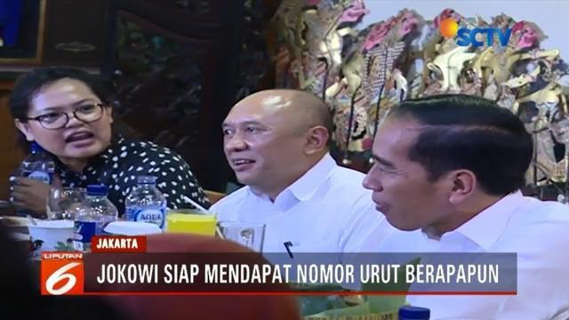 Jelang pengambilan nomor urut pada Pemilihan Presiden 2019 nanti malam, Presiden Jokowi menyempatkan diri santap siang bersama para jurnalis yang bertugas di Istana Kepersidenan.