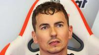 Jorge Lorenzo mengklaim layout baru Sirkuit Catalunya bakal menyulitkan Ducati dan Yamaha pada balapan MotoGP Catalunya, Minggu (11/6/2017). (EPA/EDDY LEMAISTRE)
