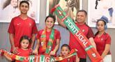Momen kekompakan Krisdayanti dan anak tirinya memakai jersey bola negara Portugal. Krisdayanti dan anak tirinya terkenal sangat kompak bak ibu dan anak kandung. (Liputan6.com/IG/@raullemos06)