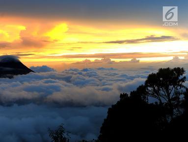 Pemandangan Gunung Merapi dilihat dari atas Gunung Merbabu di Selo, Boyolali, Jawa Tengah, Sabtu (2/2/2019). Aktivitas Gunung Merapi dalam beberapa hari terakhir masih tinggi dan masih berada di level 2 atau waspada. (Merdeka/Arie Basuki)
