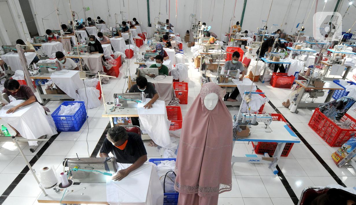 Pekerja menyelesaikan pembuatan mukena di pabrik busana muslim Siti Khadijah di kawasan Limo, Depok, Jawa Barat, Rabu (7/4/2021). Jelang Bulan Ramadan permintaan busana mukena di Siti Khadijah yang dijual dengan harga Rp 500 ribu hingga Rp 3,5 meningkat hingga 100 persen. (merdeka.com/Arie Basuki)