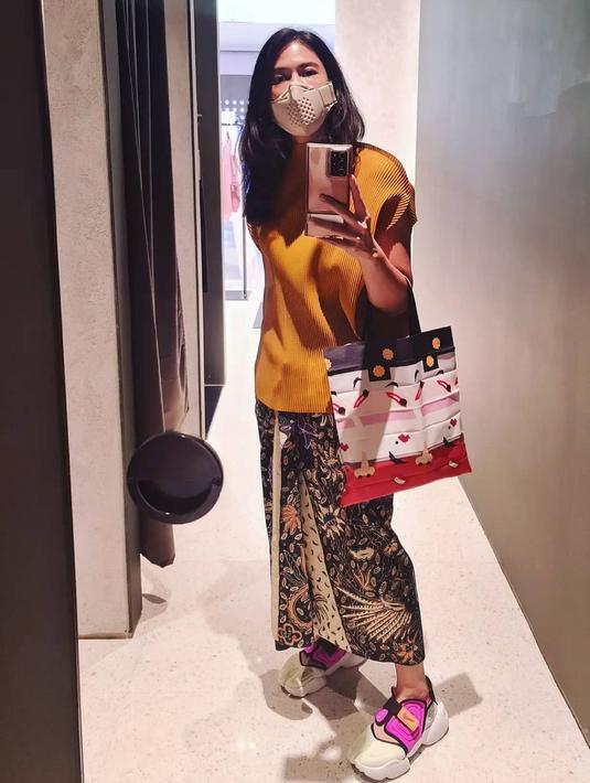 Dian Satsrowardoyo dikenal sangat mencintai budaya Indonesia, salah satunya batik. Ia tak segan mengenakan kain batik untuk menemani aktivitasnya. Paduan sneakers, membuat batik terlihat lebih chic dan stylish! (Foto: Instagram/ Dian Satrowardoyo)