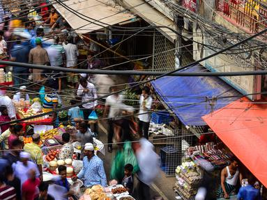 Pedagang kaki lima Bangladesh menyiapkan dagangan makanan untuk berbuka puasa di pasar tradisional di Dhaka pada 10 Mei 2019. Seperti jutaan muslim di seluruh dunia, muslim Bangladesh berpuasa setiap hari selama bulan Ramadan dengan tidak makan dan minum dari subuh hingga petang (MUNIR UZ ZAMAN/AFP)