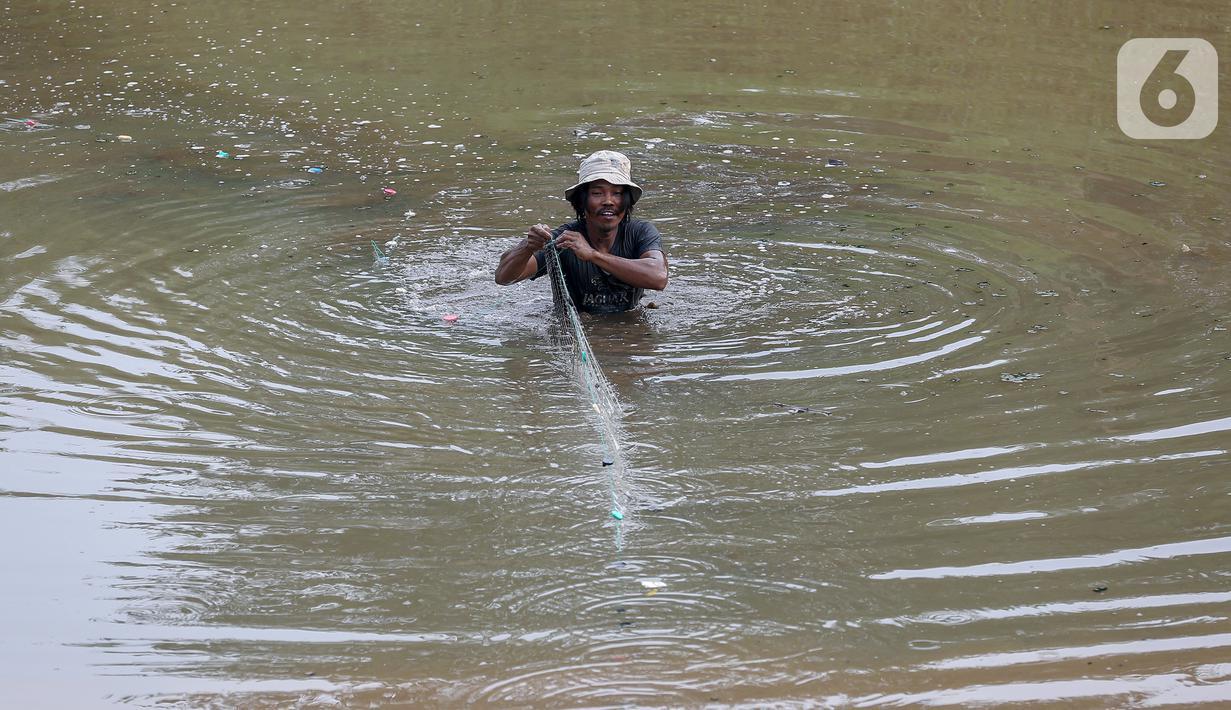 Warga menjaring ikan di galian properti kawasan Kampung Sawah, Ciputat, Tangerang Selatan, Senin (13/7/2020). Masa pandemi Covid-19, warga memanfaatkan waktu luang dengan menjaring ikan untuk menyambung hidup. (Liputan6.com/Fery Pradolo)