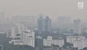 Kabut tipis menyelimuti udara di salah satu sudut kota Jakarta, Selasa (10/7). Tingkat polusi di Jakarta masuk dalam kategori tidak sehat sehingga menyebabkan pemandangan menjadi berkabut dan mengancam kesehatan pernapasan. (Merdeka.com/Iqbal S. Nugroho)