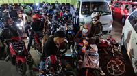 Sejumlah pemudik motor mengantre menaiki kapal di Pelabuhan Merak, Banten, Rabu (5/5/2019) dini hari. Satu hari sebelum larangan mudik diberlakukan pada 6 Mei 2021, para pemudik yang akan menuju Pulau Sumatera mulai memadati Pelabuhan Merak. (Liputan6.com/Herman Zakharia)
