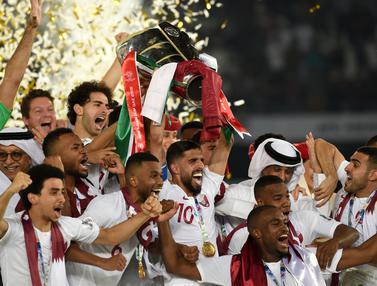 Para pemain Qatar merayakan gelar juara Piala Asia 2019 usai mengalahkan Jepang pada laga final. (AFP/Roslan Rahman)