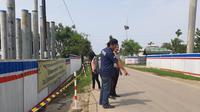 Polisi sedang olah TKP di lokasi kejadian begal sadis yang bacok tiga wanita di Bekasi. (Liputan6.com/Bam Sinulingga)
