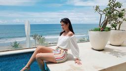 Menikmati kolam renang dengan view pantai yang indah bisa menjadi altenatif liburan dari Yuki Kato. Presenter cantik ini terlihat sangat menikmati liburan santainya di pinggir pantai. Dengan pakaian tropicalnya, Yuki terlihat begitu menawan. (Liputan6.com/IG/@yukikt)