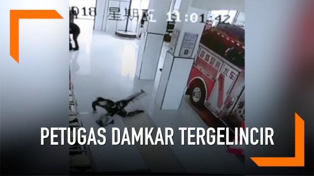 Momen lucu saat para petugas damkar bersiap -siap ketika panggilan tugas darurat berbunyi. Mereka berlari dan terpeleset di lantai ruangan yangbaru saja dibersihkan.