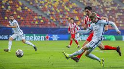 Striker Chelsea, Timo Werner, melepaskan tendangan saat melawan Atletico Madrid pada laga Liga Champions di Arena Nationala, Rumania, Rabu (24/02/2021). Chelsea menang dengan skor 1-0. (AP/Vadim Ghirda)