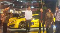 Mantan menteri BUMN Dahlan Iskan sempat memamerkan mobil listrik Selo kepada Presiden Jokowi. (Dian)
