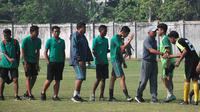Timnas Indonesia U-16 saat uji coba kontra Bhayangkara FC U-17 di Stadion Jenggolo, Sidoarjo, Sabtu pagi (30/6/2018). (Bola.com/Zaidan Nazarul)