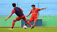 Zarka Safiq, putra legenda Arema Singgih Pitono, yang kini bermain bersama Arema U-19. (Bola.com/Iwan Setiawan)