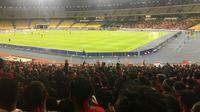 Suporter Timnas Indonesia U-16 di Stadion Nasional Bukit Jalil, Kuala Lumpur. (Bola.com/Aning Jati)