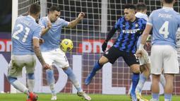 Pemain Lazio Gonzalo Escalante (kedua kiri) mencetak gol ke gawang Inter Milan pada pertandingan Liga Italia di Stadion San Siro, Milan, Italia, Minggu (14/2/2021). Inter Milan akhirnya menggusur AC Milan dari puncak klasemen Liga Italia usai mengalahkan Lazio 3-1. (AP Photo/Luca Bruno)