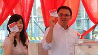 Ahok beserta istri Veronica Tan saat bersiap memasukkan surat suara ke dalam kotak. (Liputan6.com/ Faisal R Syam)