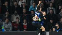 Penyerang Inter Milan, Mauro Icardi (kanan) meluapkan kegembiraan usai mencetak gol ke gawang PSV Eindhoven, Kamis (4/10/2018).  (AFP / John Thys)