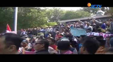 Nelayan menuntut Menteri Susi mundur dari jabatan karena peraturan pemerintah itu telah menyengsarakan para nelayan.