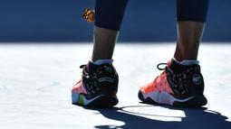 Momen indah itu terjadi awalnya saat hendak melakukan serve, seekor kupu-kupu hinggap di kaki Naomi Osaka. (Foto: AFP/Paul Crock)