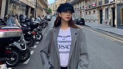 Seperti fotonya ini ketika menikmati waktunya di Prancis. Hanya gunakan balutan kaos dan luaran warna abu-abu, Jisoo tetap tampil cantik. Ditambah dengan topi hitamnya. (Liputan6.com/IG/@sooyaaa__)