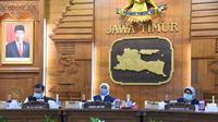 Gubernur Jawa Timur Khofifah Indar Parawansa menggelar video conference dengan Direktur Utama BPJS Kesehatan, Fachmi Idris pada Kamis, (16/7/2020). (Foto: Liputan6.com/Dian Kurniawan)