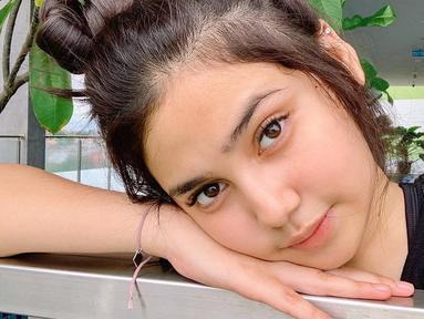 Pemilik nama lengkap Syifa Savira Hadju ini kerap membagikan potret dirinya di akun Instagram. Salah satunya saat tampil natural tanpa makeup. Seperti potretnya yang tengah bersandar di tangannya ini, ia tampil cantik tanpa riasan sama sekali. (Liputan6.com/IG/syifahadjureal)