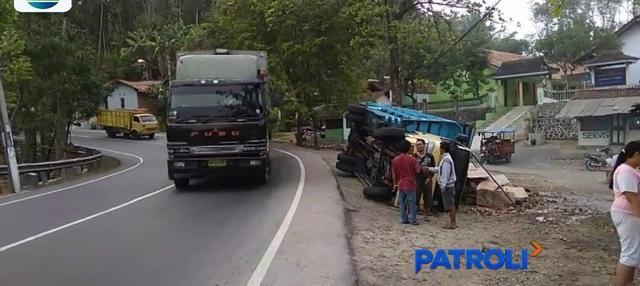 Pengemudi tak menguasai kendali, truk bermuatan telur terguling di Banyumas. Akibat peristiwa tersebut, kerugian ditaksir mencapai Rp 50 juta.