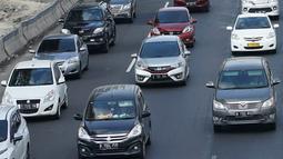 Kendaraan yang didominasi pemudik melaju satu arah (One Way) di Tol Kalikangkung-Cikarang, Karawang, Jawa Barat, Minggu (9/6/2019). Sistem one way arus balik di jalur tersebut diperpanjang hingga pukul 24.00 WIB akibat tingginya volume kendaraan yang menuju Jakarta. (Liputan6.com/Immanuel Antonius)