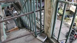 Penampakan tangga yang rusak di Wisma Ciliwung, Jakarta, Senin (17/9). Wisma Ciliwung memiliki luas sekitar 1,6 hektare. (Merdeka.com/Iqbal Nugroho)