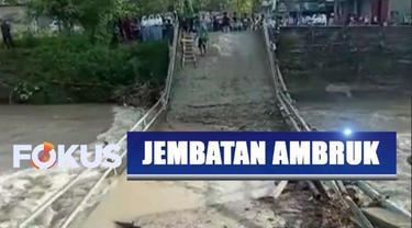 Bahkan sejumlah titik harus ditambah kayu supaya warga bisa menyeberang. Kondisi jembatan yang telah rusak membuat warga khawatir saat menyeberang.