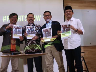 Ketua Komnas HAM, Ahmad Taufan Damanik (kedua kiri) bersama Direktur Relawan BPN Prabowo-Sandiaga, Ferry Mursyidan Baldan serta Direktur Relawan TKN Jokowi Amin, Maman Imanulhaq menerima 9 Agenda Prioritas HAM dari Amnesty International di Jakarta, Senin (15/4). (Liputan6.com/Helmi Fithriansyah)