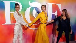 Supermodel Bella Hadid (kiri) dan Gigi Hadid (tengah) saat menghadiri New York Fashion Week (NYFW), Minggu (9/9). NYFW berlangsung pada 6 September hingga 14 September 2018. (Photo by Brent N. Clarke/Invision/AP)